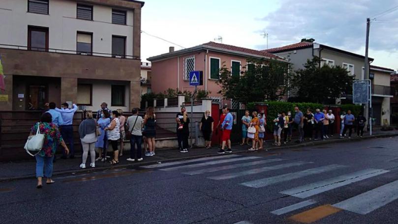 Cozi lungi înainte de deschiderea secției de vot, filmate și la Veneția