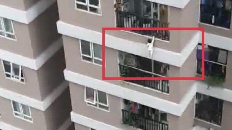 Un copil de 2 ani căzut de la etajul 12, salvat de un trecător