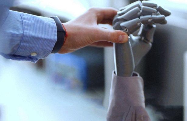 Студент из Кишинёва создал руку, которая управляется силой мысли