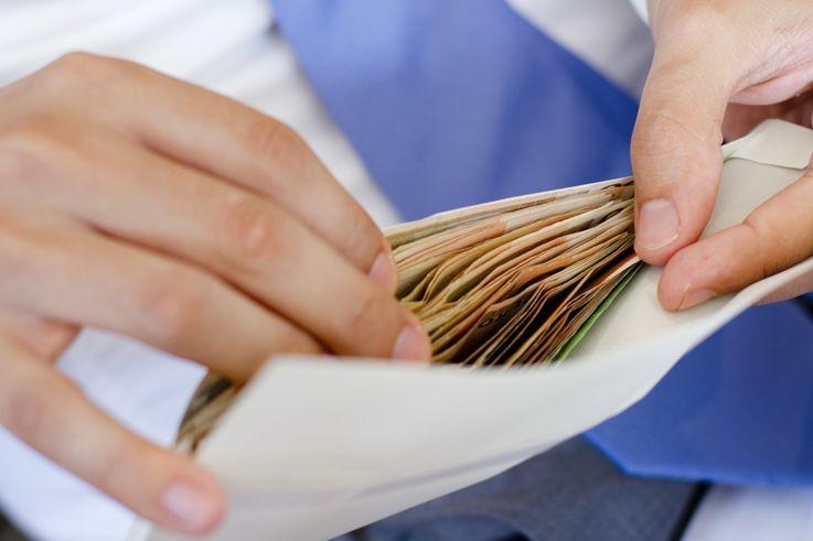 Где до сих пор получают зарплату «в конверте»
