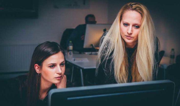 Femeile din IT se confruntă cu bariere în calea progresului în carieră