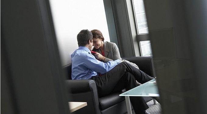 От счастливого брака до увольнения: к чему приводят романы на работе