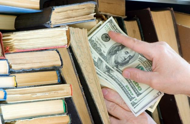 Предприниматели и население предпочитают хранить валюту самостоятельно