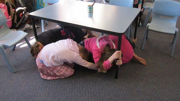 Под столом фото