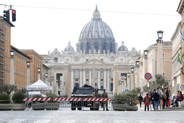 Коронавирус: в Италии практически полностью прекратилась торговля