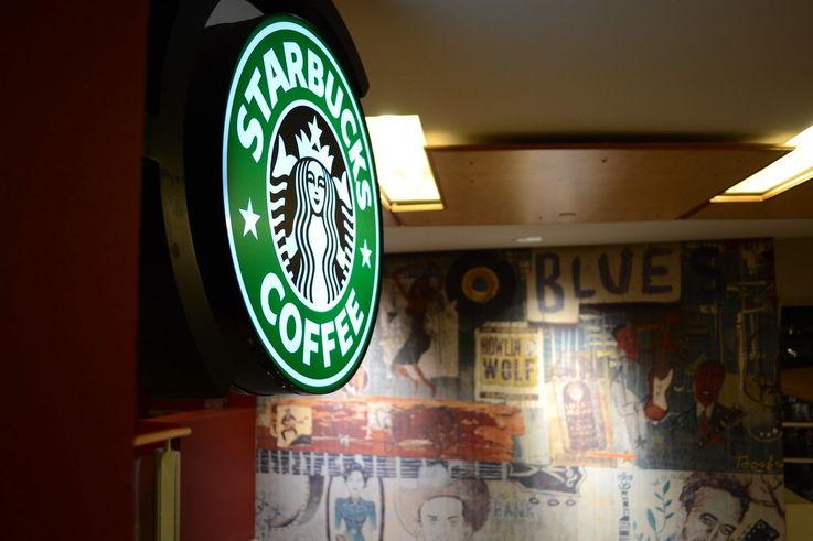 Вспышка COVID-19 в Starbucks пощадила лишь сотрудников в масках