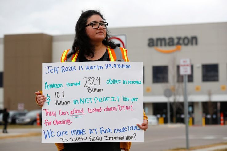 В знак протеста против сокращений в отставку ушёл вице-президент Amazon