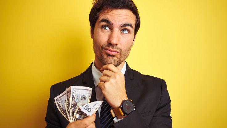 Pe cine plătești mai întâi când îți intră salariul?