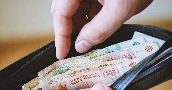 Премьер-министр заверил, что пенсии и зарплаты будут выплачивать вовремя