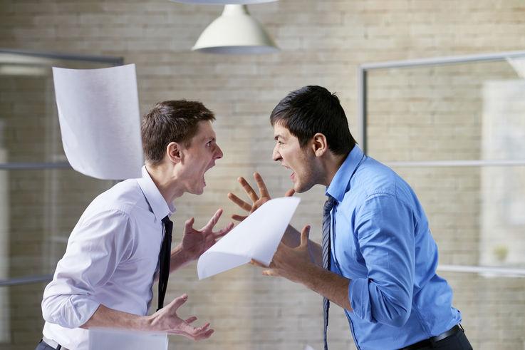 Исследование: в офисе в коллегах больше раздражает курение