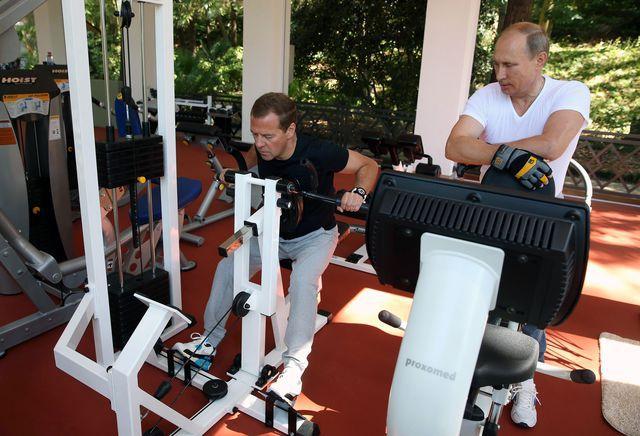 Путин и медведев вместе сделали зарядку и пожарили барбекю видео комплект электрокамин портал имитация декоративного камня