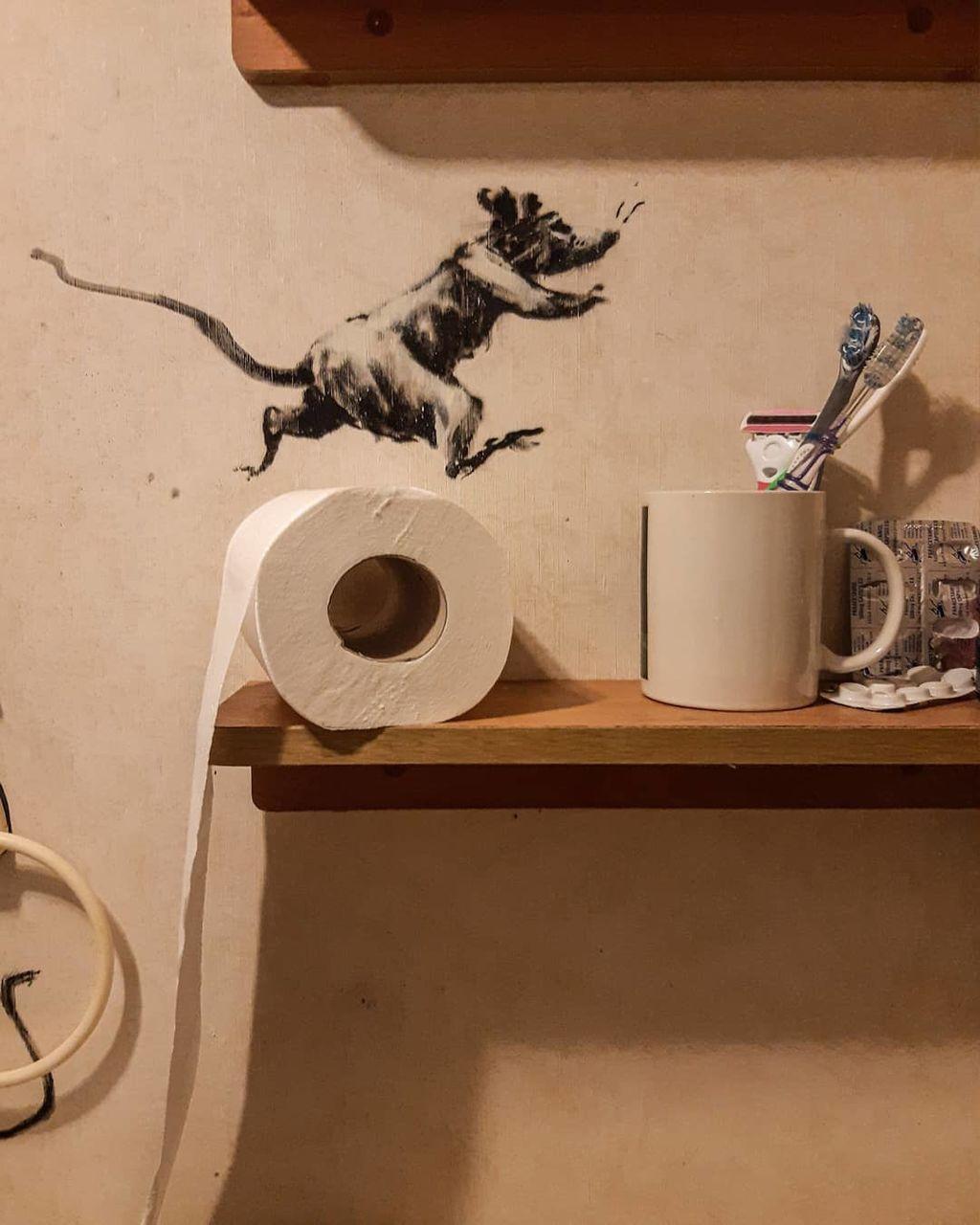 Бэнкси тоже вынужден работать из дому: Сеть «взорвала» новая работа художника (ФОТО)