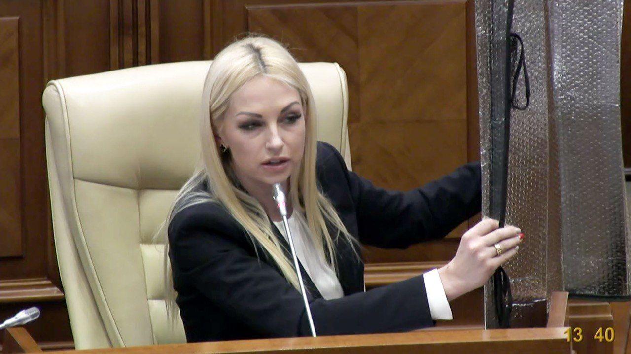 Цирк X-вого созыва начинается. Таубер на заседании парламента защищала себя от ACUM солнцеотражателем