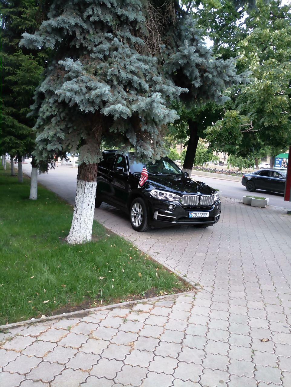 Автомобиль посольства США припарковался на тротуаре