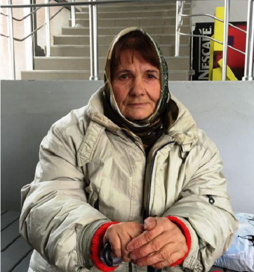 Пожилая женщина живет несколько лет на улице, потому что родной сын продал родительский дом