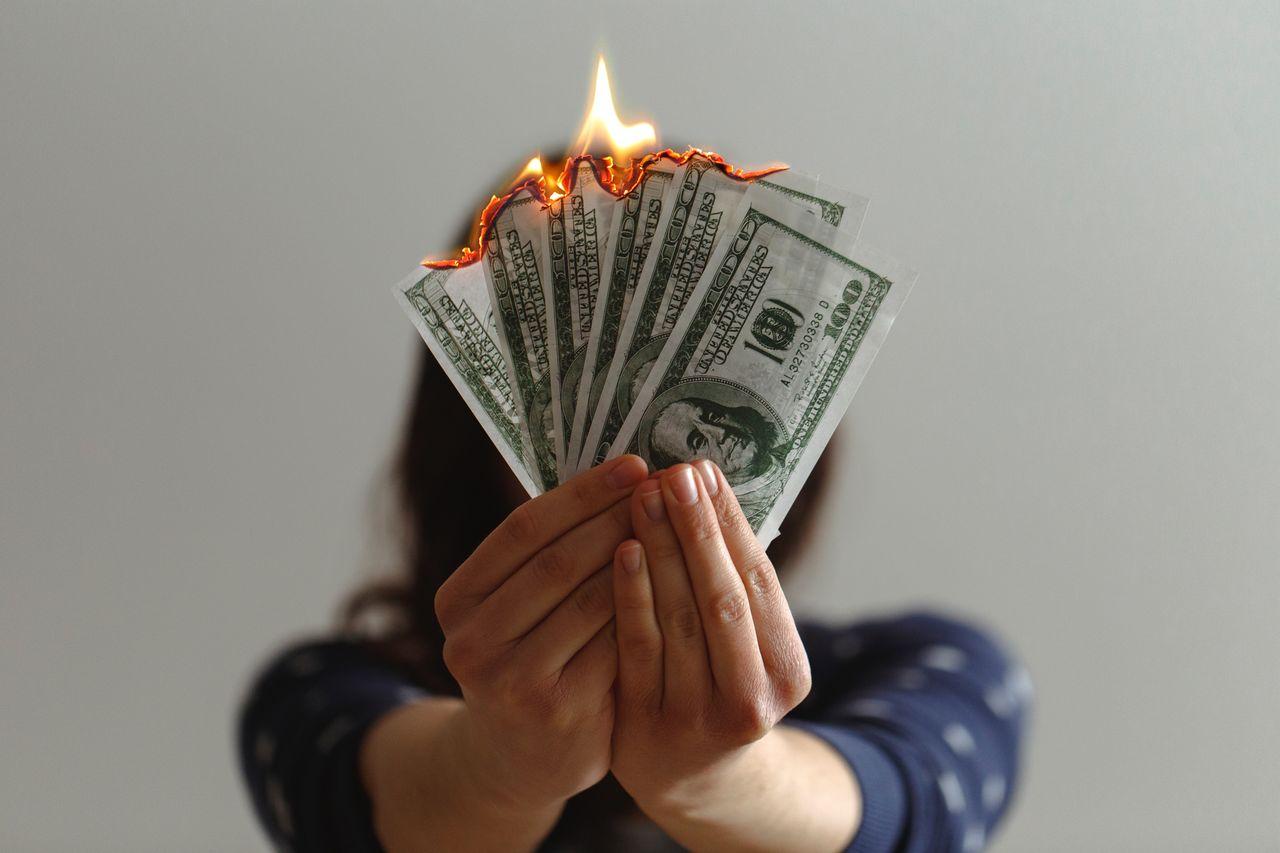 Vrei să afli cum să economisești bani? Financer te ajută.