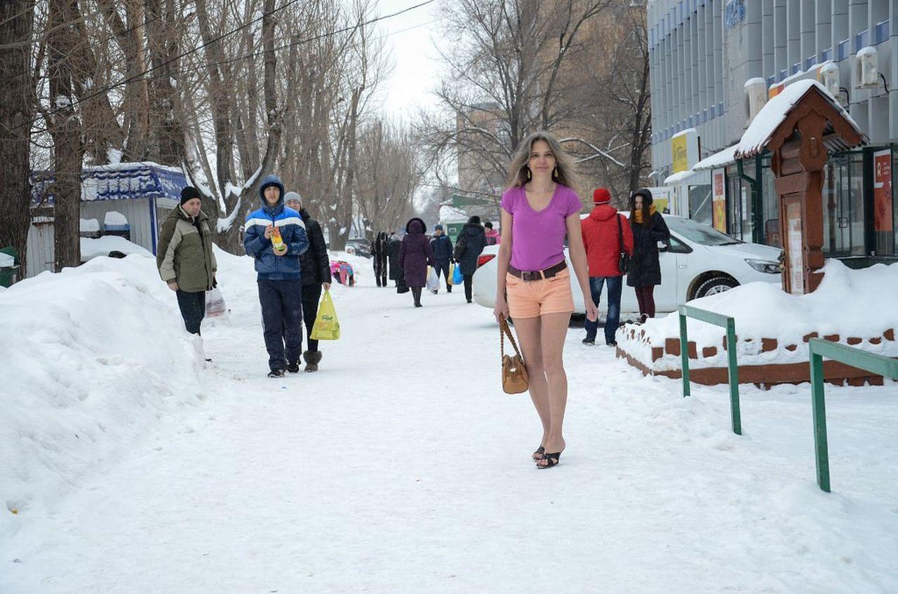 Старая блонда оголила вагину на улице в мороз  27127