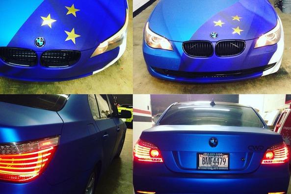 машина с знаком флага