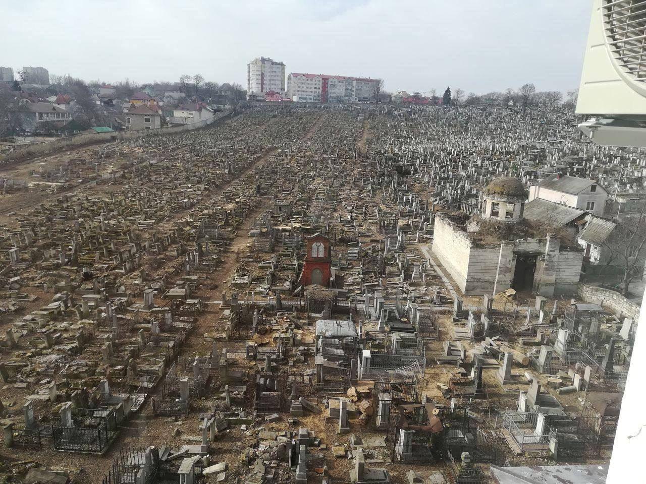 А из нашего окна могила старая видна. Вид с высоты жилой новостройки на еврейское кладбище