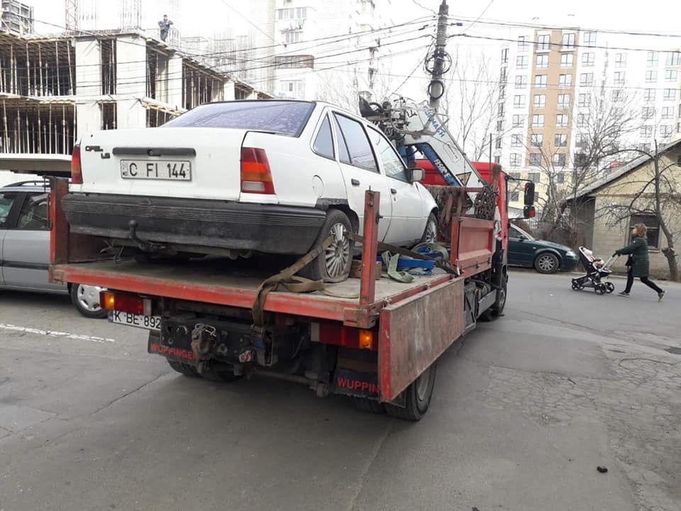 Брошенные автомобили покидают улицы Кишинева