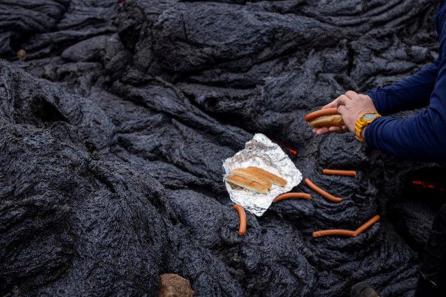 Ученые пожарили сосиски для хот-догов на лаве исландского вулкана