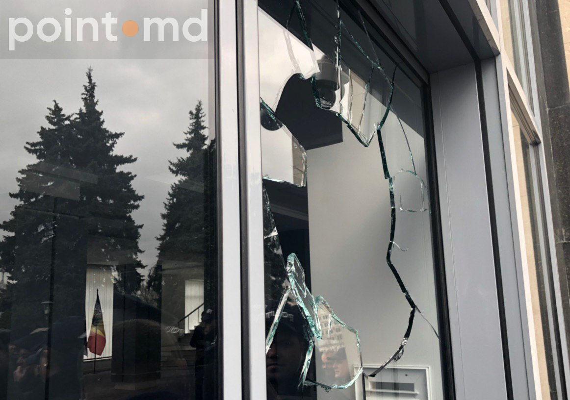 Протестующие выбили стекла у входа в правительство