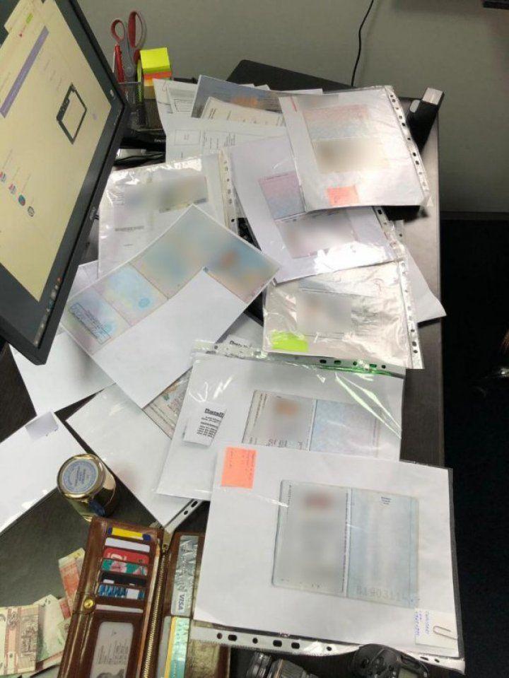 В столице закрыли офис, где изготавливали фальшивые румынские паспорта