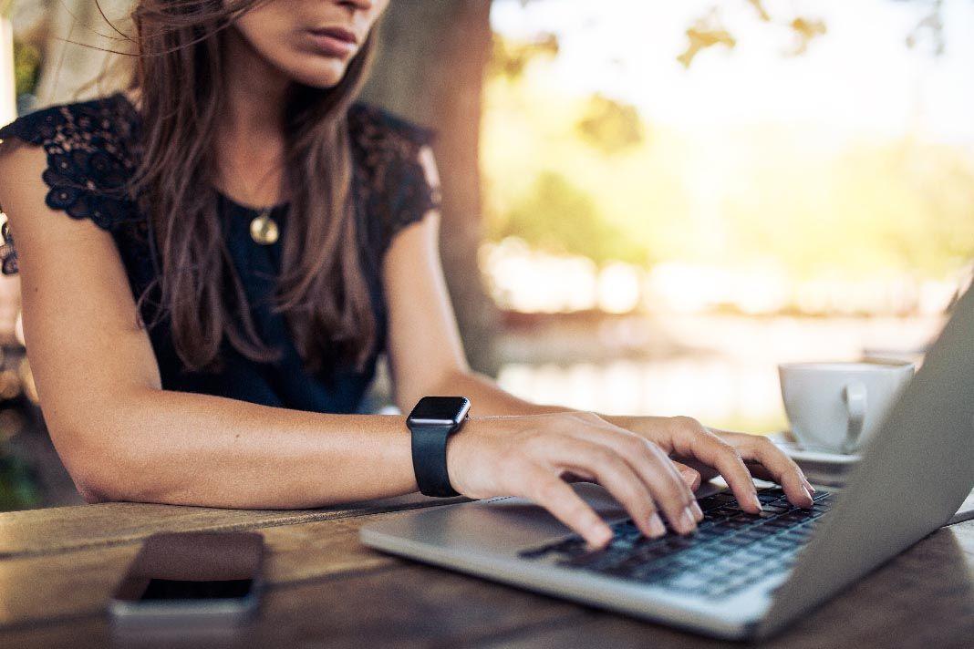 Девушка и ноутбук картинка
