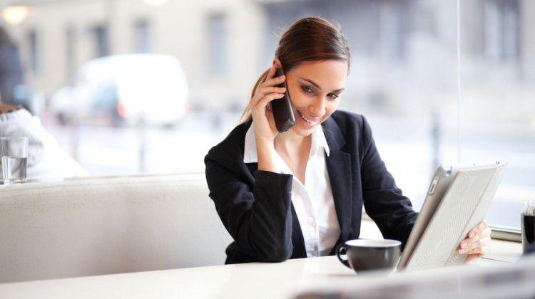 Девушка на работе разговаривает по телефону интересные работы для девушек без опыта