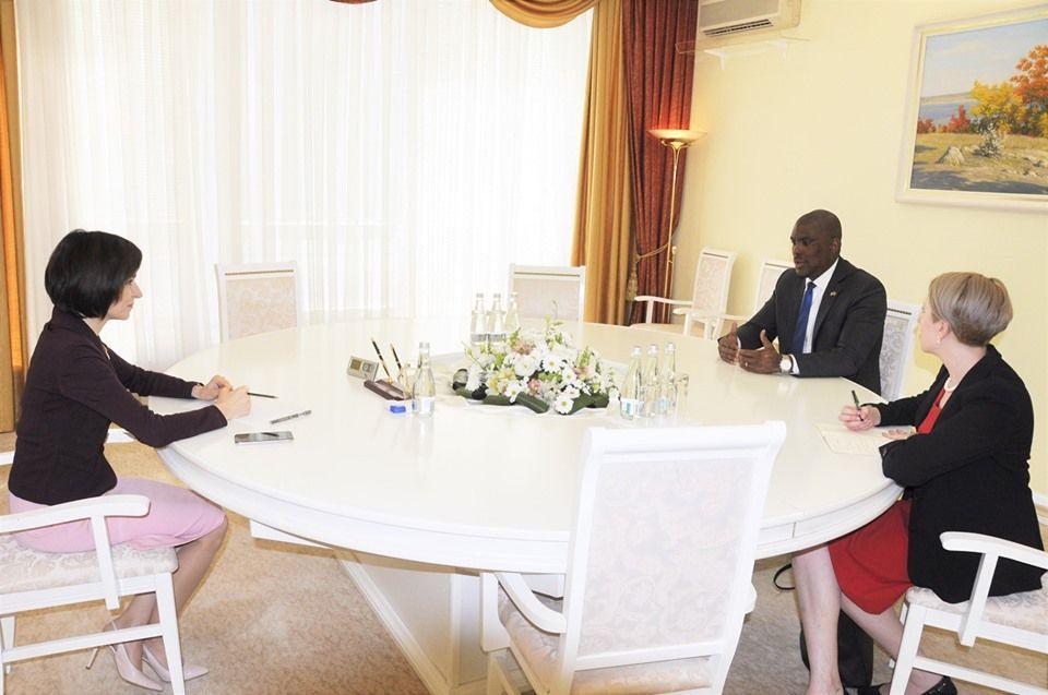 Санду поблагодарила посла США за поддержку законного правительства Молдовы