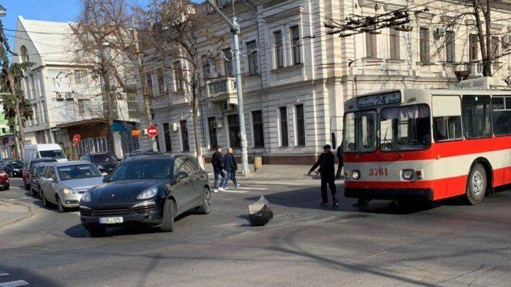 В центре столицы столкнулись Porsche и троллейбус
