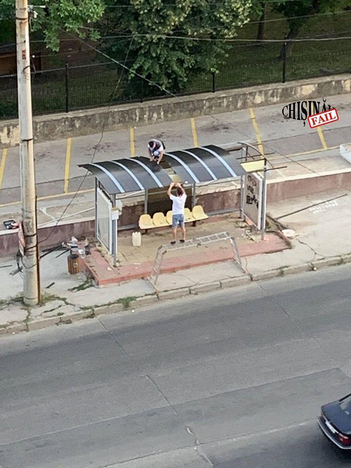 На Ботанике двое молодых парней отремонтировали автобусную остановку