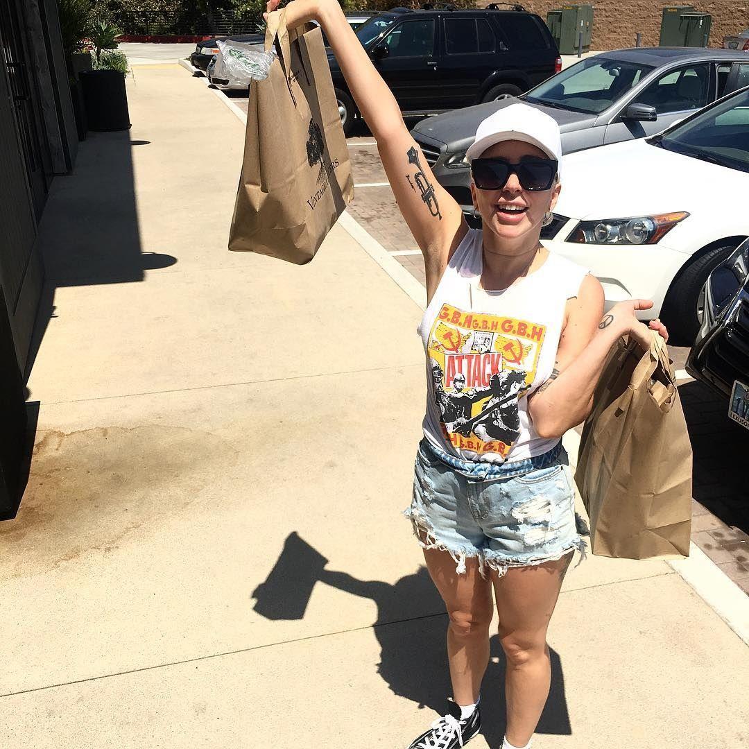 Леди Гага пожарила мясо в коротких шортах и бюстгальтере