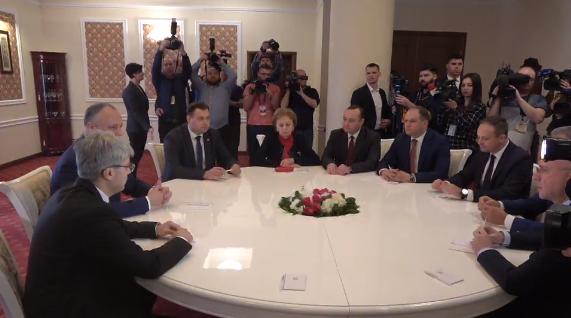 Бойцы с режимом и представители режима пришли на совместную встречу.