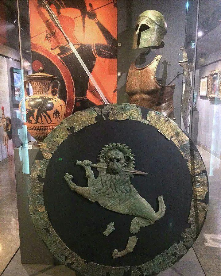 Коллекционер вернул Испании давно украденные старинные бронзовые шлемы (ФОТО)