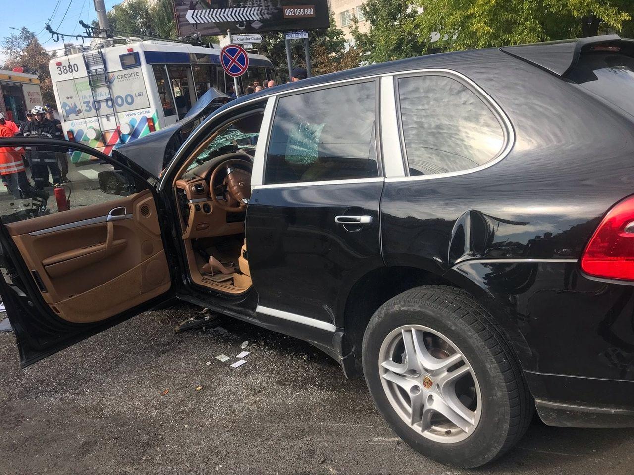 В Кишиневе столкнулись троллейбус и Porsche