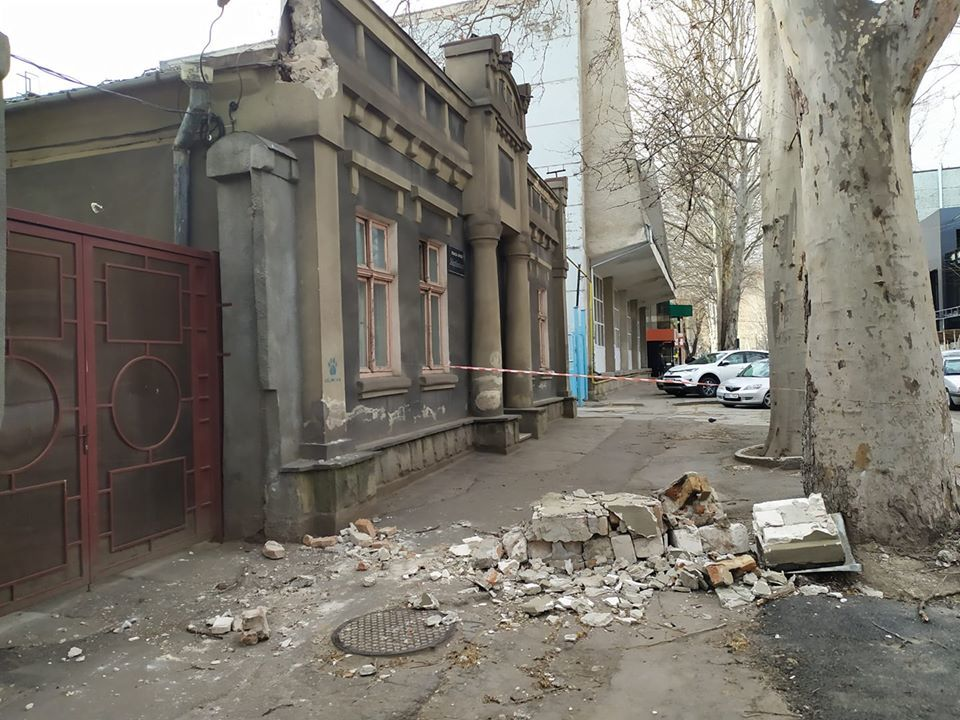 В центре Кишинева на тротуар обрушился фасад исторического здания
