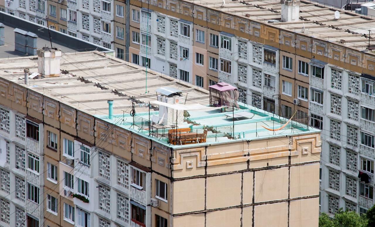 Житель кишинёва оборудовал крышу жилого дома под террасу mol.