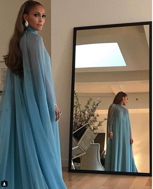 тетя в прозрачном платье в магазине