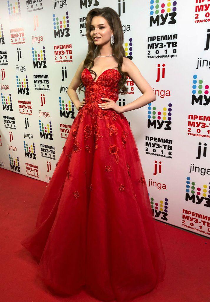 Мисс Россия-2018 вышла на вручение премий Муз-ТВ в платье дизайнера из РМ ee317b57288
