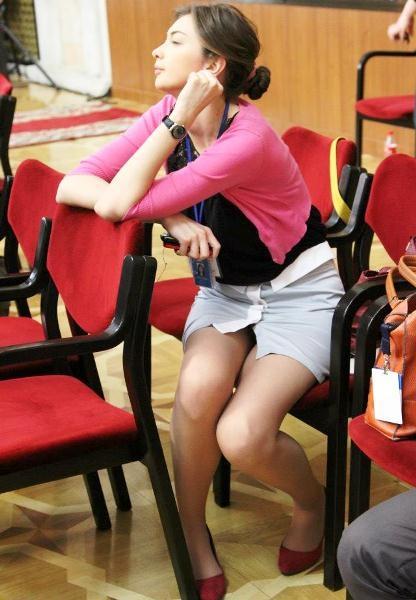 Фото у женщин под юбками сидя