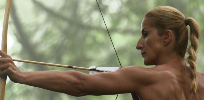 стрельба из лука, голая спортсменка