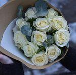 Buchet de 11 trandafiri cu eucalipt