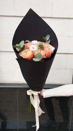 Букет из 5 роз и хлопка