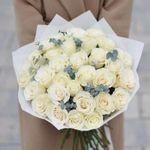 Букет белых роз с эвкалиптом