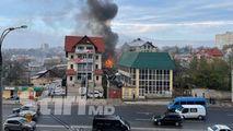 Incendiu, filmat la Poșta Veche: Acoperișul unei case, mistuit de foc