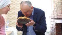Igor Dodon, filmat cum coace pasca gata coaptă. Deputat: PR ieftin