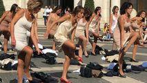 Protest inedit la Roma: Fostele stewardese de la Alitalia s-au dezbrăcat