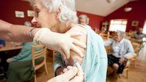 Vârstnicii au un răspuns la fel de puternic după AstraZeneca și Pfizer