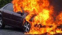 O mașină, filmată cum arde într-o curte din sectorul Centru